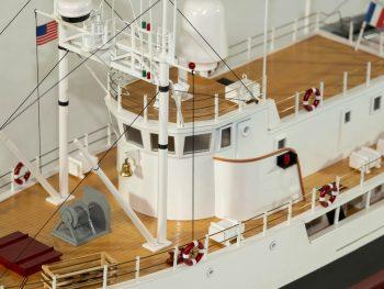 Maquette d'exposition entièrement montée - Mistral Maquettes - La Calypso - 85 cm - vue détaillée pont central