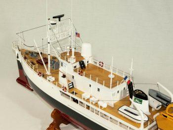 Maquette d'exposition entièrement montée - Mistral Maquettes - La Calypso - 85 cm - vue plongeante bâbord