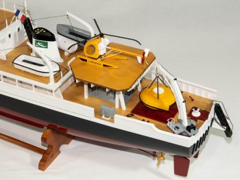 Maquette d'exposition entièrement montée - Mistral Maquettes - La Calypso - 85 cm - vue plongeante pont arrière