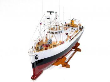 Maquette d'exposition entièrement montée - Mistral Maquettes - La Calypso - 85 cm - vue plongeante proue