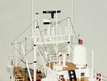 Maquette d'exposition entièrement montée - Mistral Maquettes - La Calypso - 85 cm - vue portique antennes