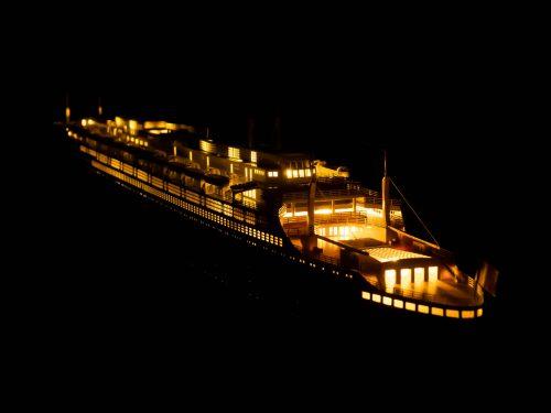 Maquette d'exposition entièrement montée – Mistral Maquettes - Le France - 104 cm - vue éclairée bâbord arrière