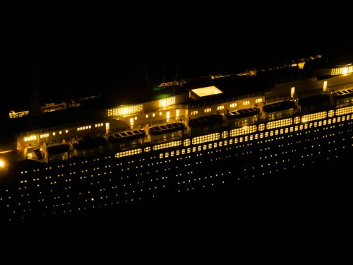 Maquette d'exposition entièrement montée – Mistral Maquettes - Le France - 104 cm - vue éclairée latérale bâbord