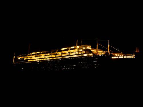 Maquette d'exposition entièrement montée – Mistral Maquettes - Le France - 104 cm - vue éclairée latérale bâbord arrière