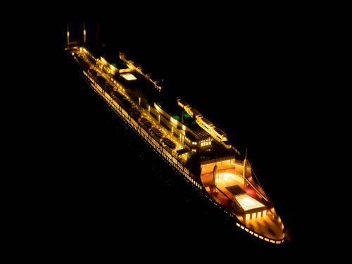 Maquette d'exposition entièrement montée – Mistral Maquettes - Le France - 104 cm - vue éclairée plongeante babord arrière