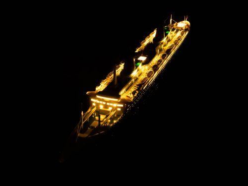 Maquette d'exposition entièrement montée – Mistral Maquettes - Le France - 104 cm - vue éclairée ponts supérieurs bâbord avant