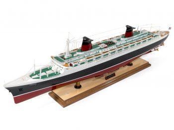 Maquette d'exposition entièrement montée –Mistral Maquettes - Le France - 104 cm - vue globale bâbord avant
