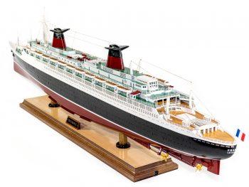 Maquette d'exposition entièrement montée –Mistral Maquettes - Le France - 104 cm - vue globale poupe bâbord