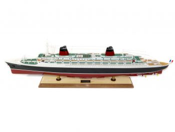 Maquette d'exposition entièrement montée –Mistral Maquettes - Le France - 104 cm - vue latérale bâbord