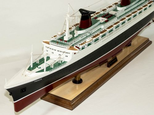 Maquette d'exposition entièrement montée – Mistral Maquettes - Le France - 104 cm - vue latérale bâbord avant