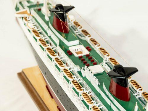 Maquette d'exposition entièrement montée – Mistral Maquettes - Le France - 104 cm - vue plongeante babord pont supérieur central