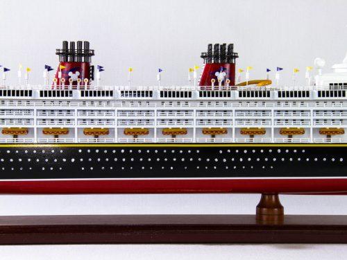 Maquette d'exposition entièrement montée – Mistral Maquettes - Ocean Disney Liner - 80 cm - Vue centrale babord
