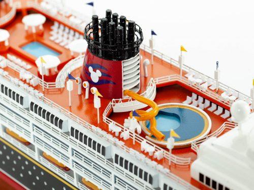 Maquette d'exposition entièrement montée – Mistral Maquettes - Ocean Disney Liner - 80 cm - Vue plongeante pont central