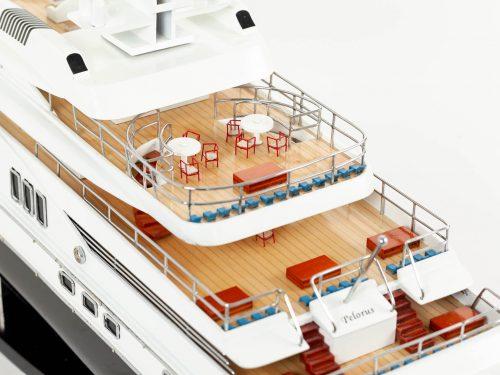 Maquette d'exposition entièrement montée – Mistral Maquettes - Pelorus - 90 cm - Vue plongeante plage arrière