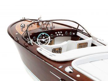 """Maquette d'exposition entièrement montée - Mistral Maquettes - Runabout """"Aqua"""" blanc - 90 cm – vue bâbord cockpit"""