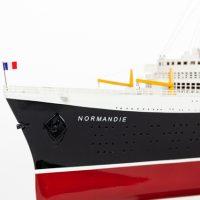 Maquette de collection montée du paquebot Normandie (101 cm), gros plan de l'étrave