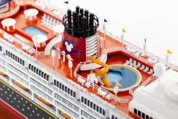 Maquette de collection montée du paquebot de croisière Disney Magic (80 cm), gros plan de la piscine sur le pont supérieur