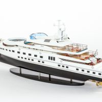 Maquette de collection montée du yacht Pelorus (90 cm), vue d'ensemble babord arrière