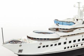 Maquette de collection montée du yacht Pelorus (90 cm), gros plan sur les ponts avants