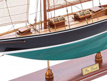 Maquette d'exposition entièrement montée – Mistral Maquettes - Pen Duick (75 cm), vue latérale babord
