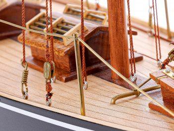 Maquette d'exposition entièrement montée – Mistral Maquettes - Pen Duick (75 cm), vue détaillée du pont