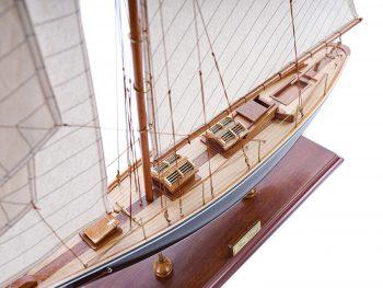 Maquette d'exposition entièrement montée – Mistral Maquettes - Pen Duick (75 cm), vue babord du pont