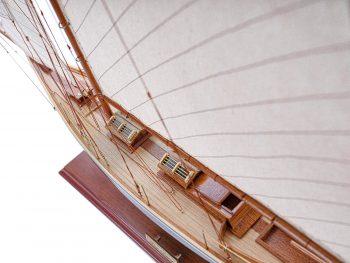 Maquette d'exposition entièrement montée – Mistral Maquettes - Pen Duick (75 cm), vue plongeante babord
