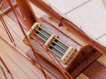 Maquette d'exposition entièrement montée – Mistral Maquettes - Pen Duick (75 cm), vue macro du rouf