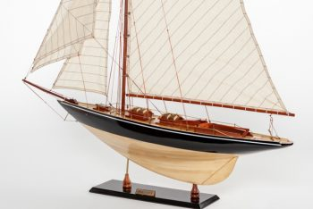 Maquette de collection montée du voilier Pen Duick (75 cm), vue d'ensemble babord