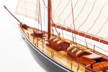 Maquette de collection montée du voilier Pen Duick (75 cm), détail des aménagements du pont central