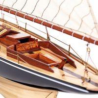 Maquette de collection montée du voilier Pen Duick (75 cm), gros plan du cockpit