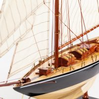 Maquette de collection montée du voilier Pen Duick (75 cm), vue d'ensemble babord avant