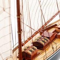 Maquette de collection montée du voilier Pen Duick (75 cm), vue détaillée du cockpit