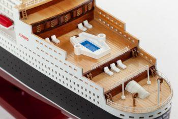Maquette de collection montée du paquebot Queen Mary II (100 cm), vue des ponts arrières
