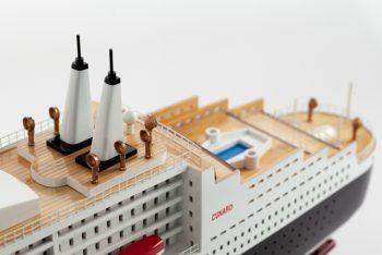Maquette de collection montée du paquebot Queen Mary II (100 cm), vue détaillée des ponts supérieurs
