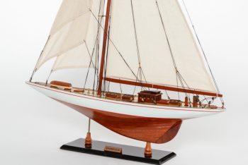 Maquette de collection montée du voilier Shamrock (62 cm), vue babord