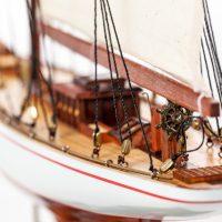 Maquette de collection montée du voilier Shamrock (62 cm), gros plan sur la poupe et la barre