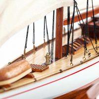 Maquette de collection montée du voilier Shamrock (62 cm), vue détaillée de la proue