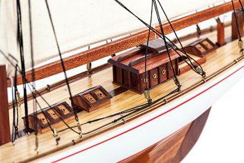 Maquette de collection montée du voilier Shamrock (62 cm), vue détaillée du roof