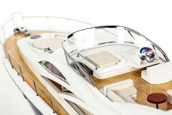 Maquette de collection montée du yacht Sunseeker (88 cm), vue détaillée du cockpit