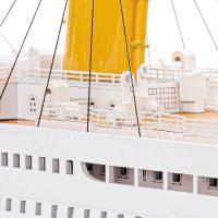 Maquette de collection montée du paquebot Titanic (101 cm), vue macro babord pont supérieur