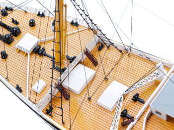Maquette de collection montée du paquebot Titanic (101 cm), vue macro pont avant