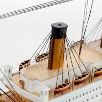 Maquette de collection montée du paquebot Titanic (101 cm), vue détaillée des cheminées et des ponts supérieurs