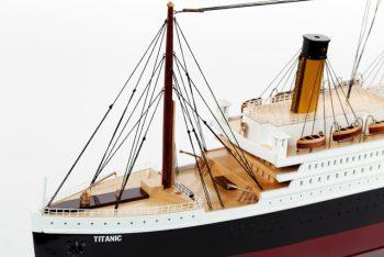 Maquette de collection montée du paquebot Titanic (101 cm), vue détaillée des ponts avants