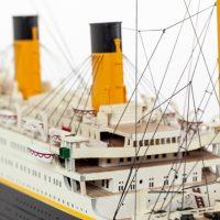 Maquette de collection montée du paquebot Titanic (101 cm), vue détaillée de la timonerie