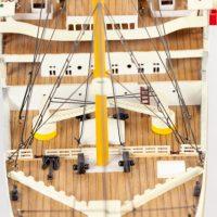 Maquette de collection montée du paquebot Titanic (101 cm), gros plan du plan de ponts avant