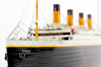 Maquette de collection montée du paquebot Titanic (101 cm), gros plan de l'étrave