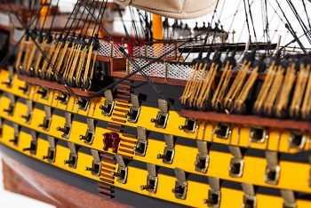Maquette de collection montée du galion Victory (87 cm), gros plan babord sur les sabords