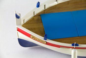 Maquette de collection montée du bateau de pêche Le Pointu (68 cm), gros plan sur la proue